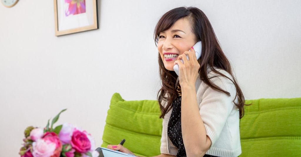 電話で相談している女性のイメージ